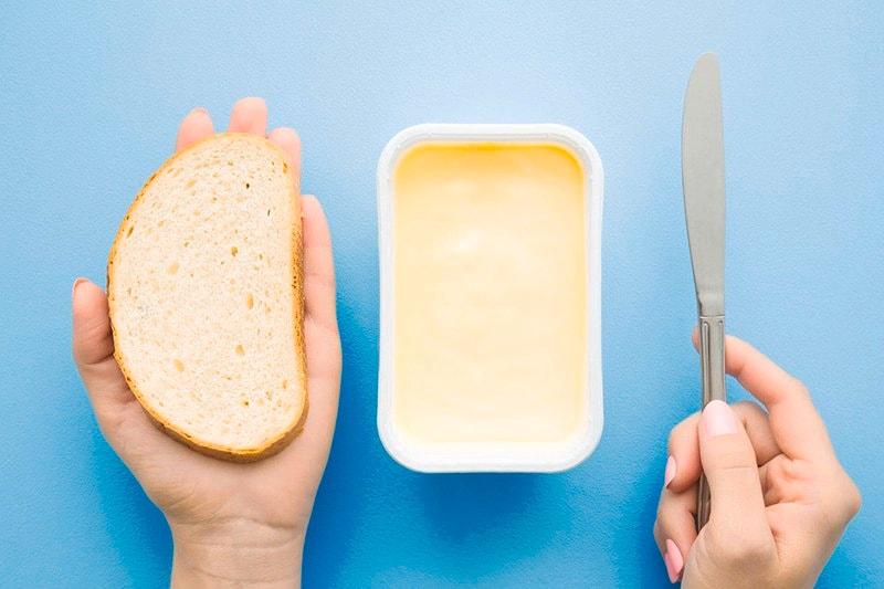 Margarin biasa disajikan dalam kotak kemasan sehingga terlihat beda mentega dan margarin.