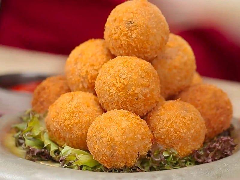 Satu wadah berisi banyak bola-bola tempe goreng mozzarella