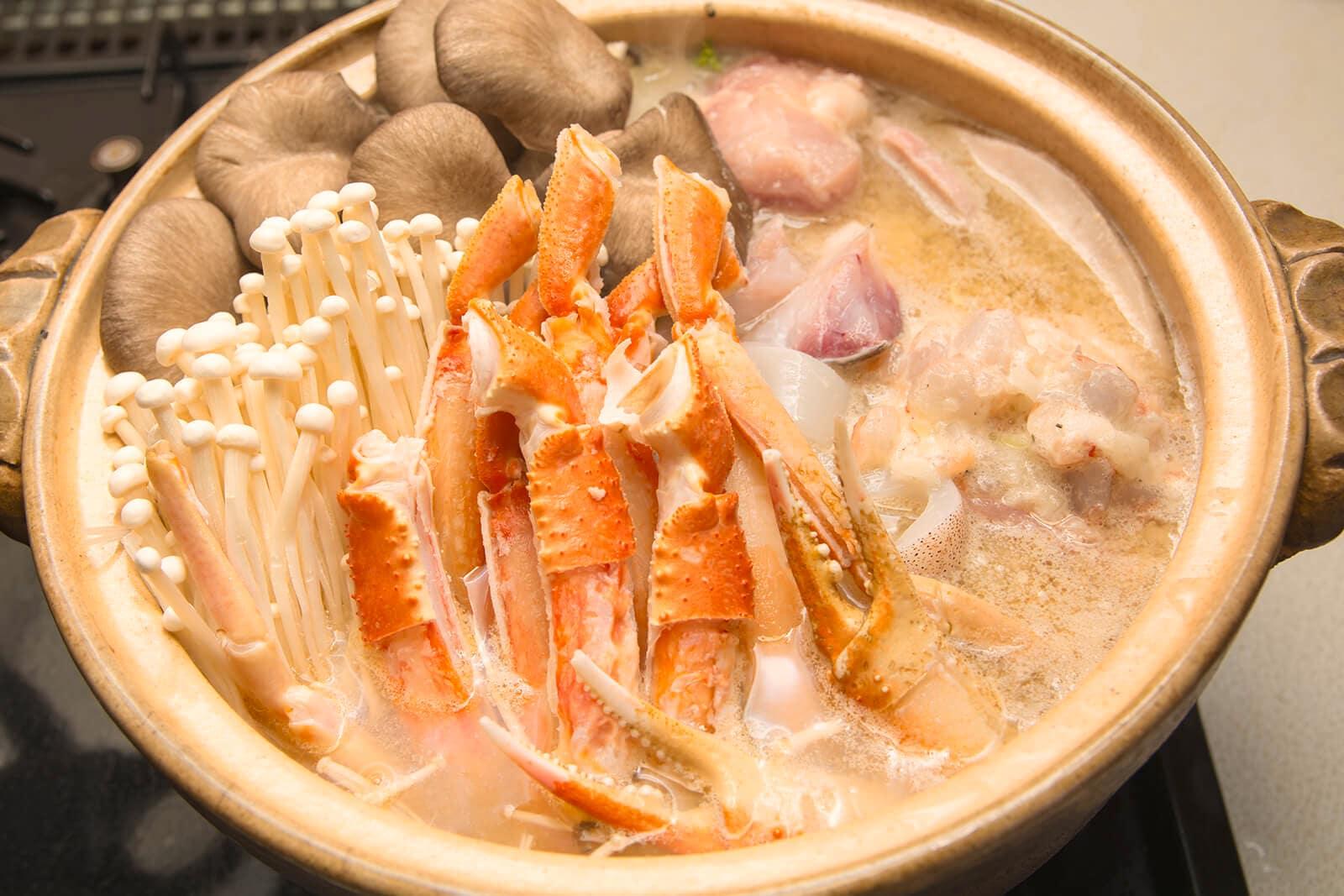 Makanan hotpot kepiting tengah dimasak bersama jenis-jenis jamur seperti shiitake dan enoki