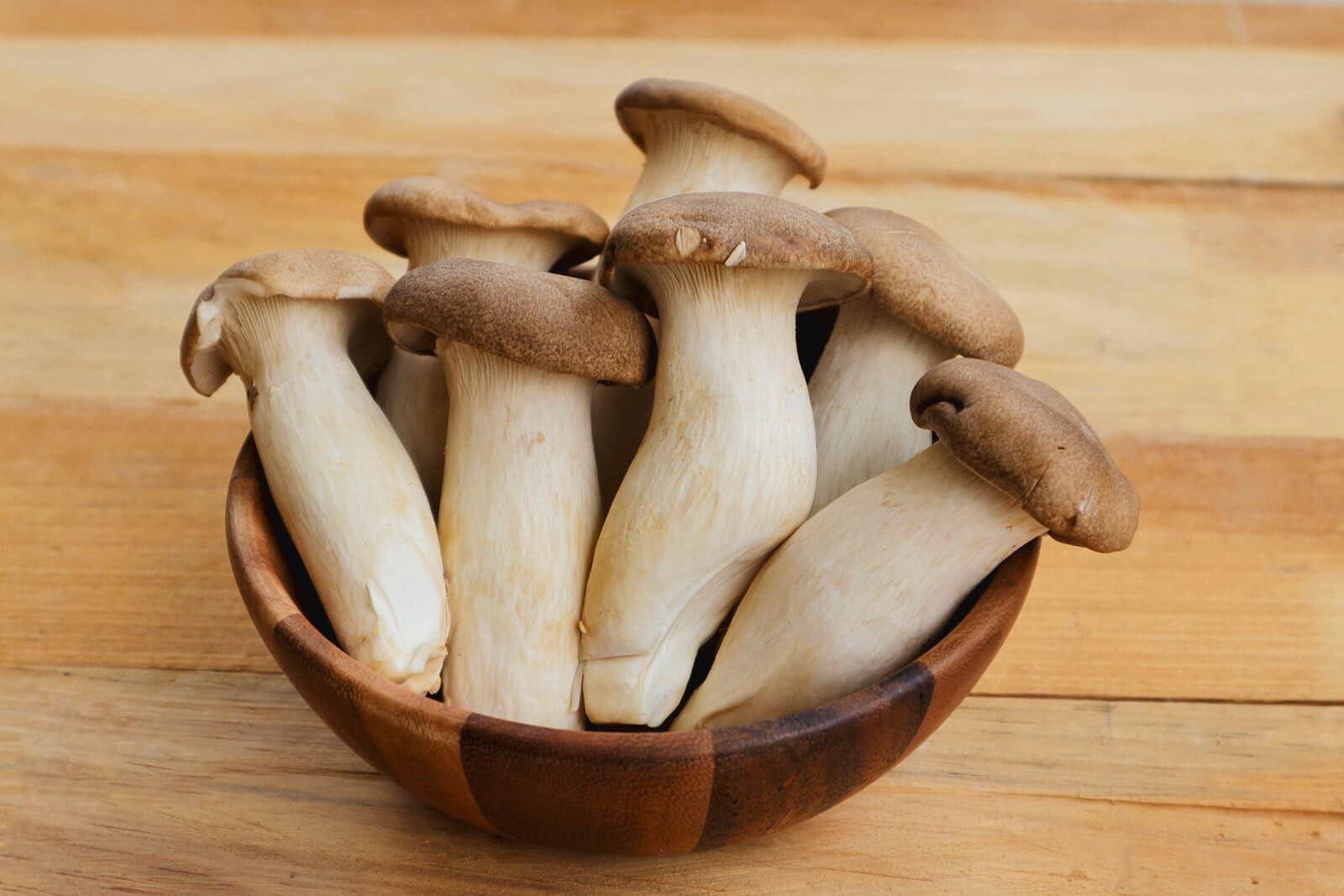 Satu mangkuk kayu berisi banyak jamur tiram