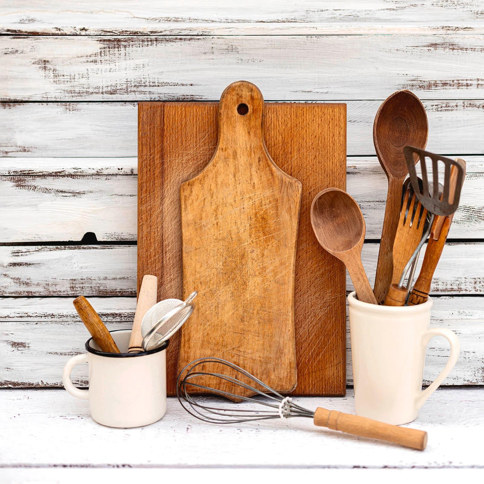 Talenan dan sutil kayu di atas papan kayu putih