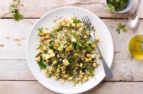 Sepiring makanan sehat dengan bahan quinoa serta bulgur