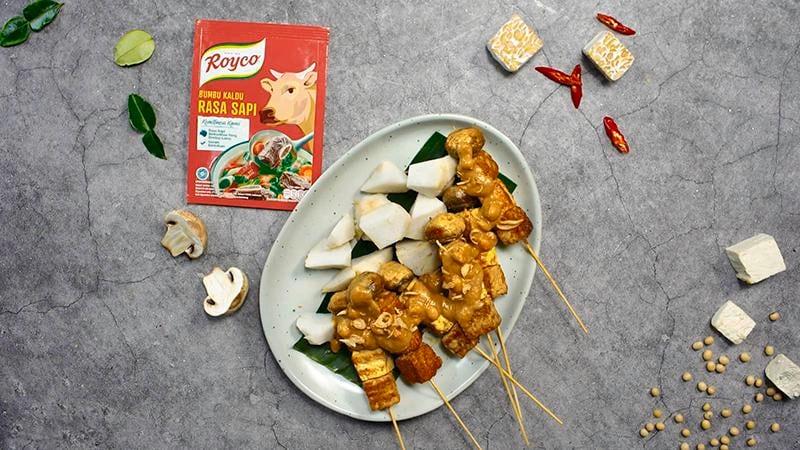 Satu porsi sate Padang disajikan bersama lontong dan dilumuri saus kental