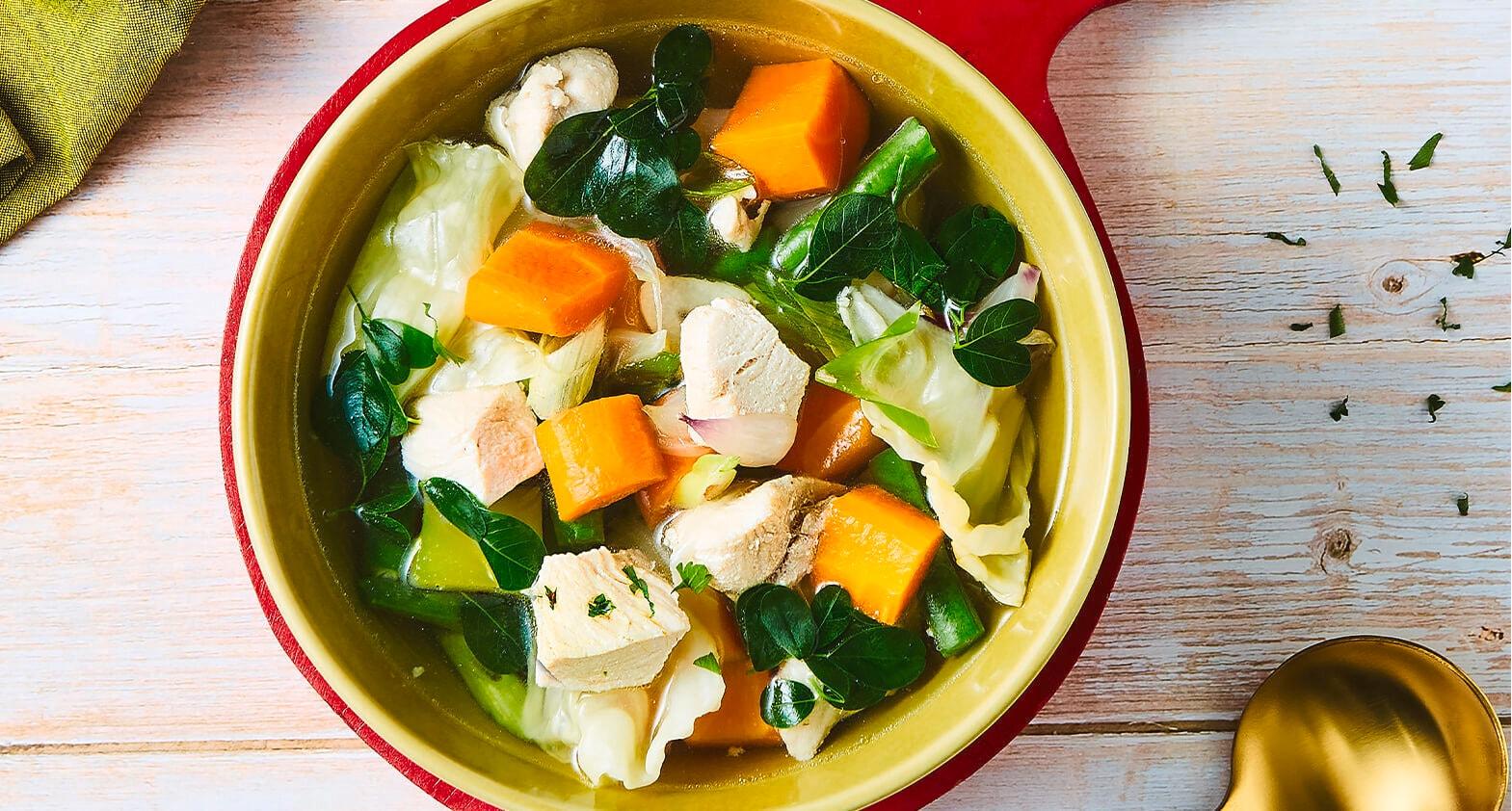 Semangkuk sup ayam daun kelor disajikan