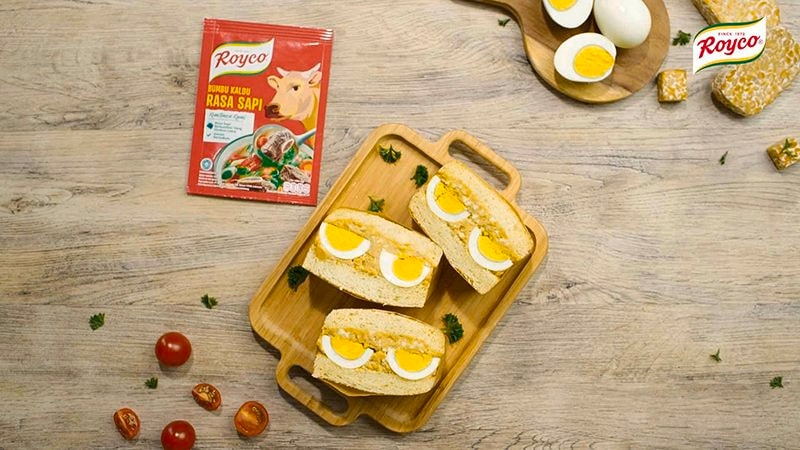 Dua potong sandwich berisikan cara memasak tempe dan telur rebus