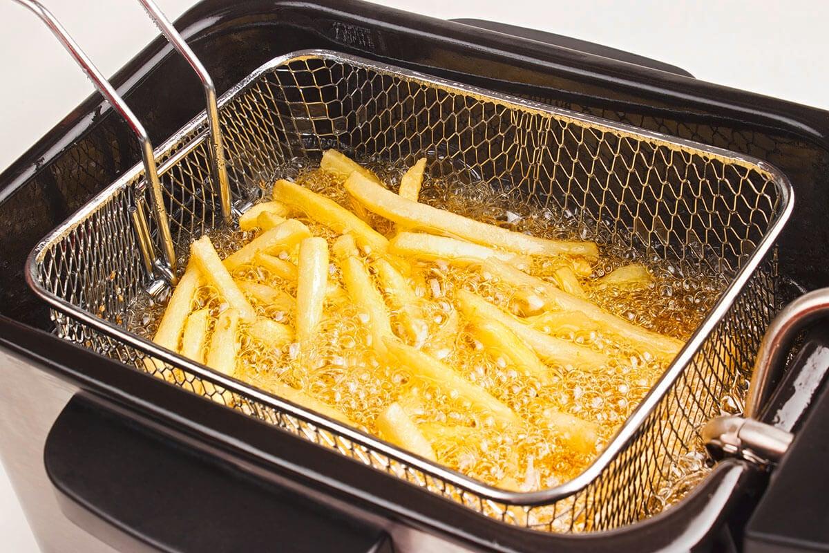 Teknik memasak deep frying tengah dilakukan untuk masakan kentang goreng