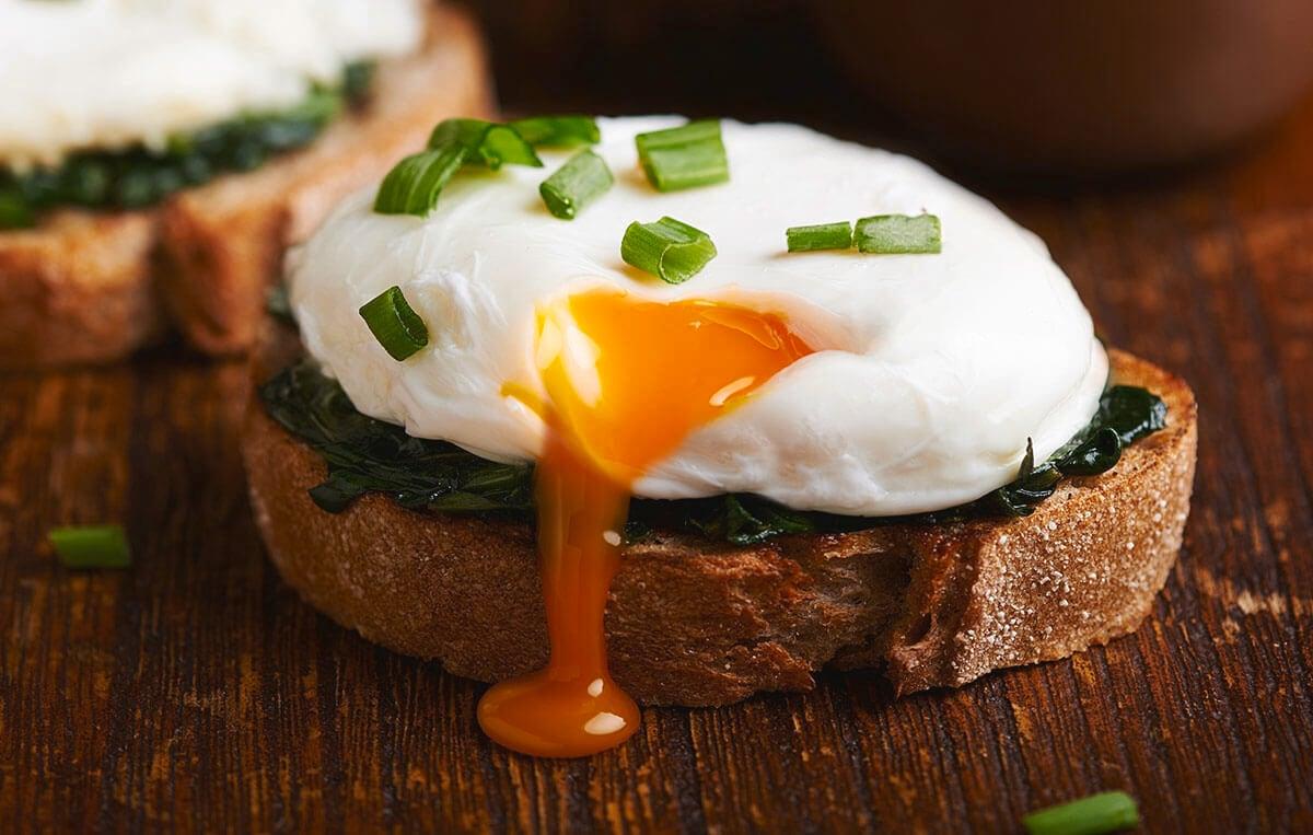 Poached egg disajikan di atas roti