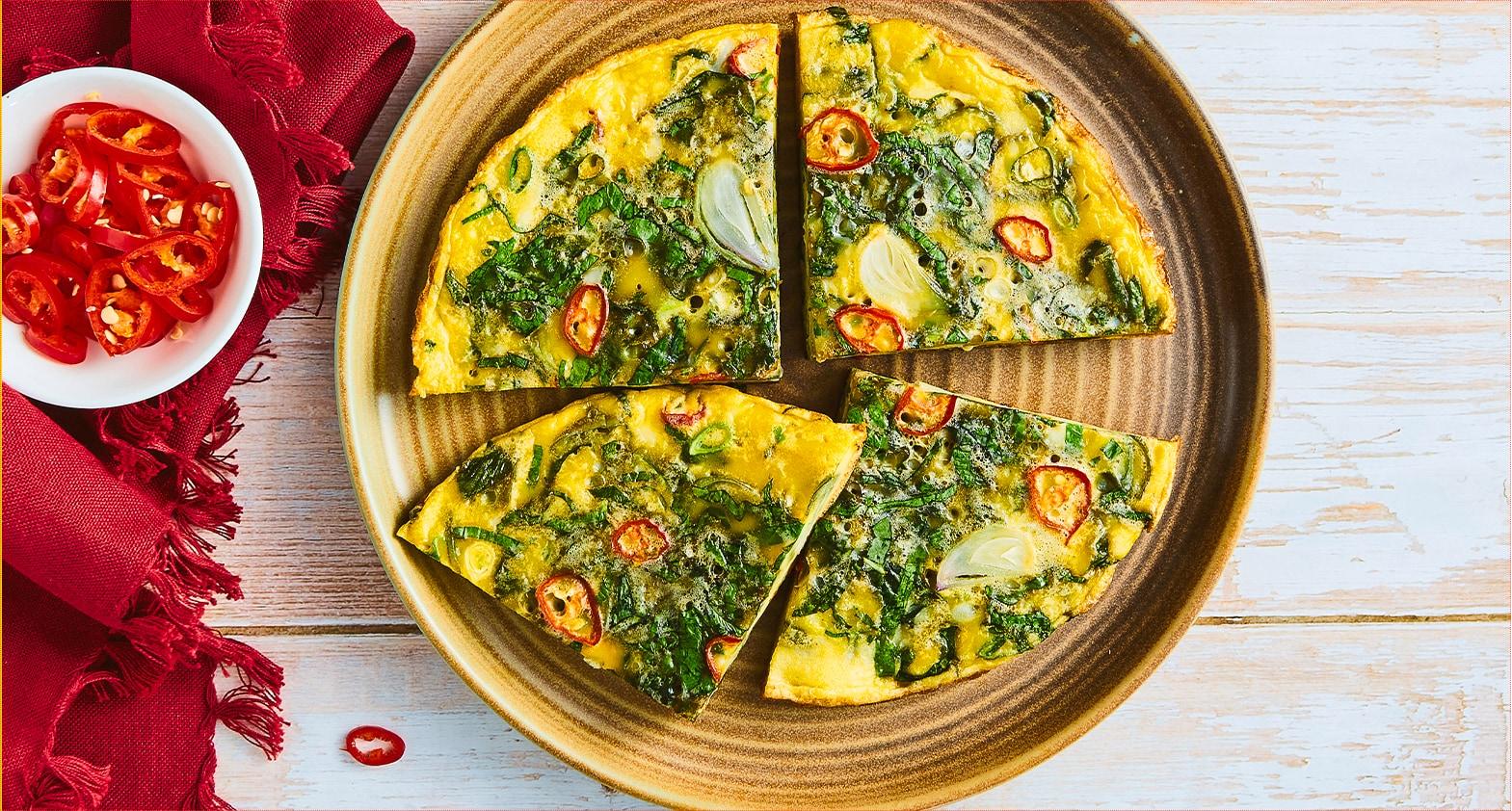 Telur dadar bayam dipotong empat dan siap disajikan