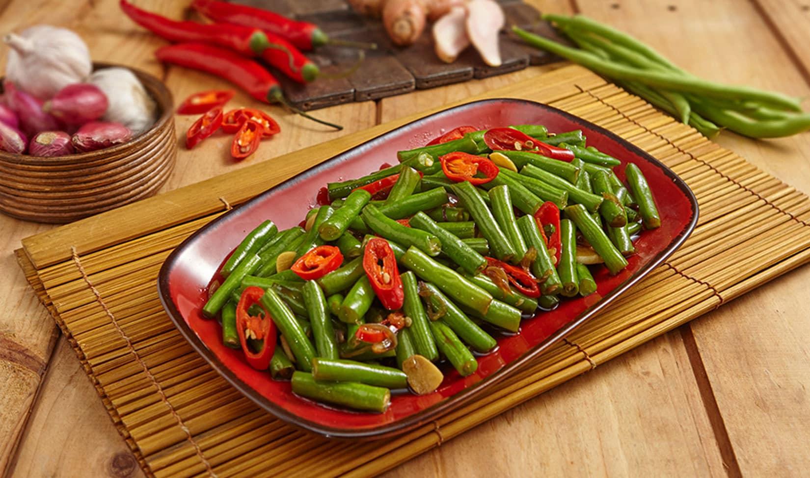 Piring berisi hasil memasak oseng tempe yang dipadukan dengan okra.
