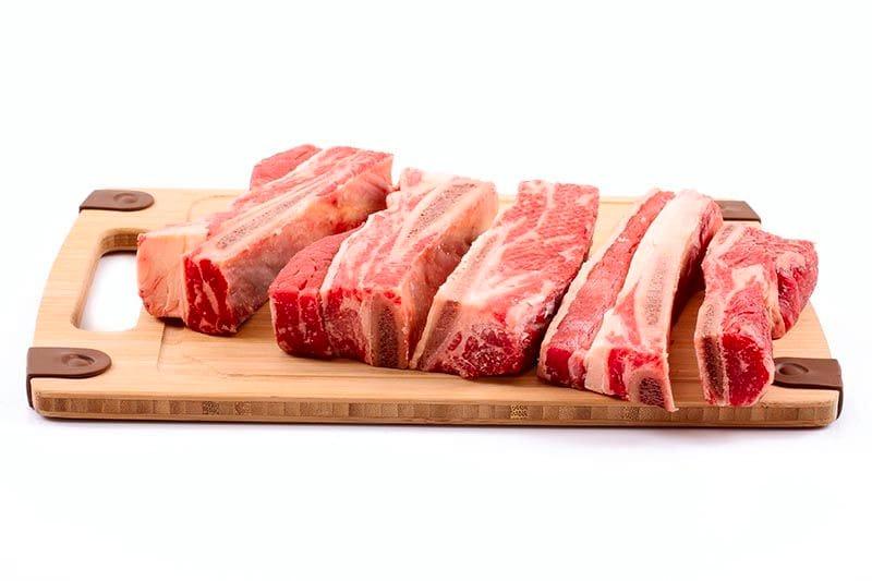 Beberapa potong iga sapi mentah yang siap dimasak