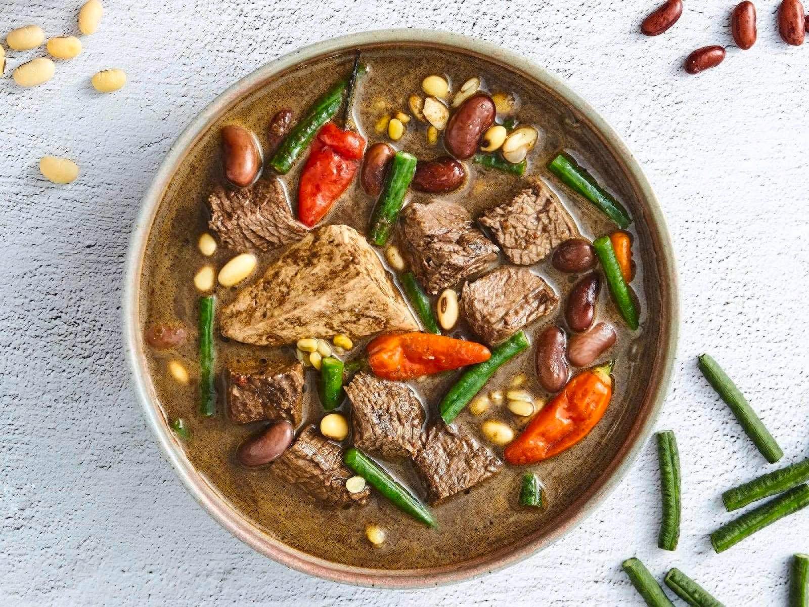 Semangkuk brongkos daging kacang disajikan