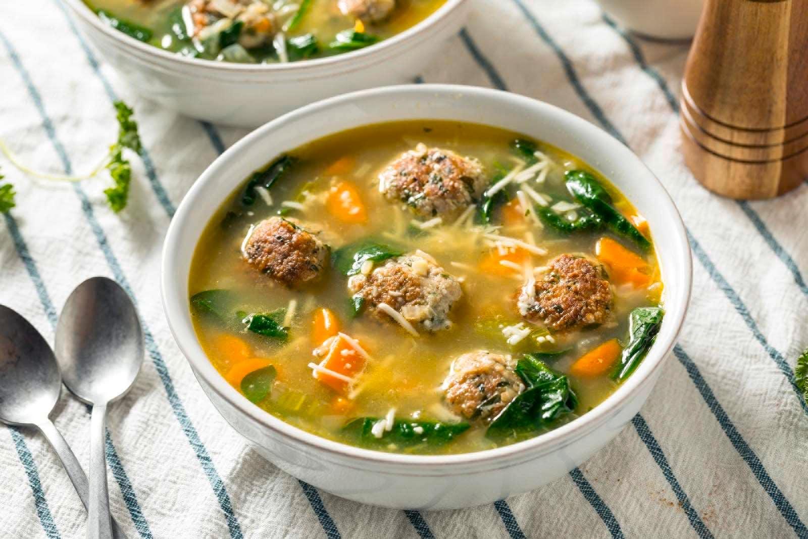 Olahan daging giling menjadi sup bola sapi siap disantap
