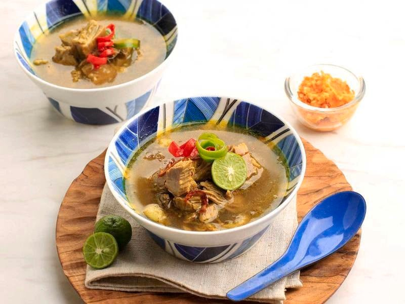 Semangkuk soto daging sapi tengah disajikan