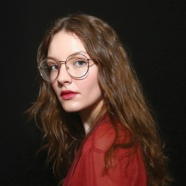 A model with big round eyeglasses